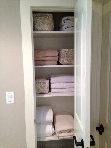 linen-closet-organized-housewife